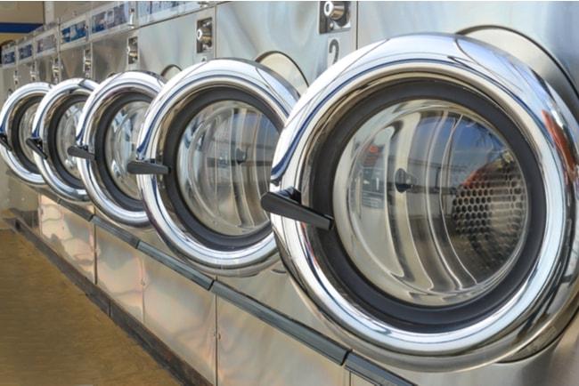 Rad av industriella tvättmaskiner