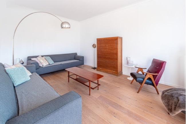 möblerat vardagsrum i lägenhet