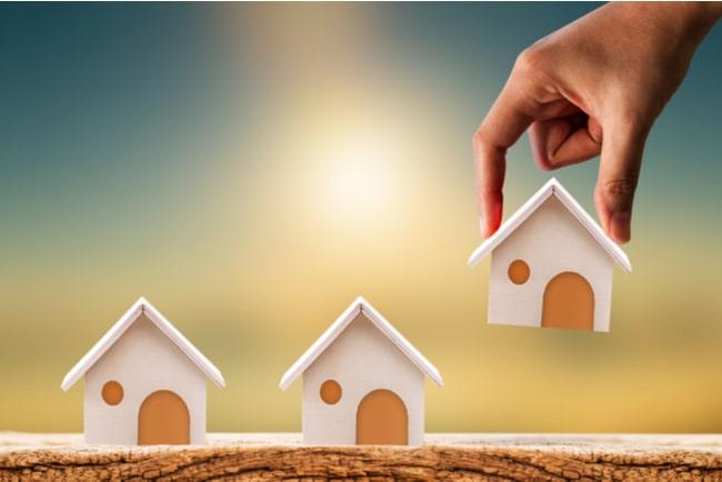 hand plockar hus i miniatyr