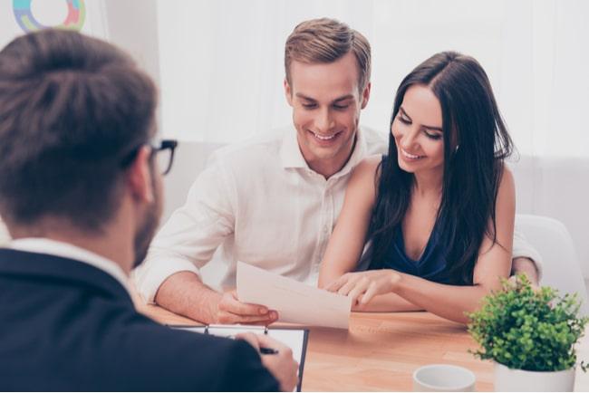 glatt ungt par får rådgivning från bankman om att köpa lägenhet