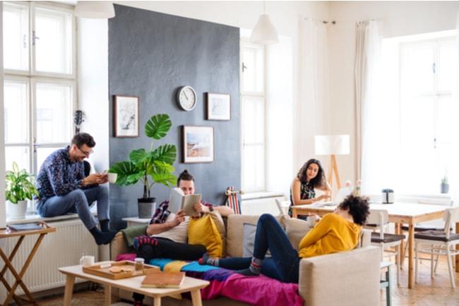 unga vuxna sitter i ett gemensamt vardagsrum