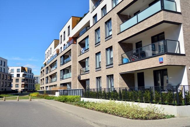 modernt lägenhetshus under blå himmel