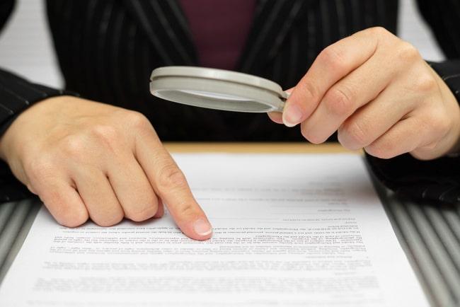 person lusläser kontrakt med förstoringsglas