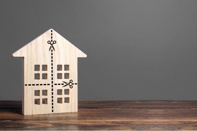 miniatyrhus i trä med markeringar för att klippa i lika delar