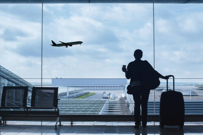 silhuett av person med resväska på flygplats