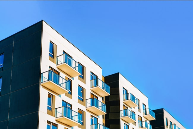lägenhetshus mot blå himmel