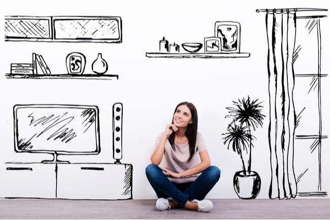 glad drömmande kvinna sitter på golvet mot vit bakgrund med ritad heminredning