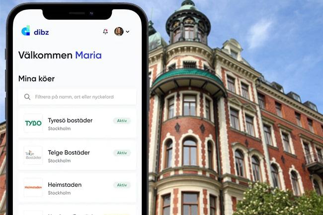 Mobilskärm med lista på bostadsköer i dibz plattform och lägenhetshus på Östermalm i Stockholm.