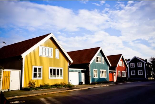 Villor i olika färger står på rad på en gata i karlskrona i sverige.