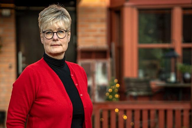 Hyresgästföreningens förbundsordförande, Marie Linder i svart polotröja och röd stickad kofta.