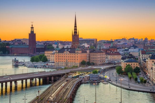 Vy från Riddarholmen över del av Kungsholmen i Stockholms stad med Stockholms stadshus och S:ta Clara kyrka i bakgrunden.